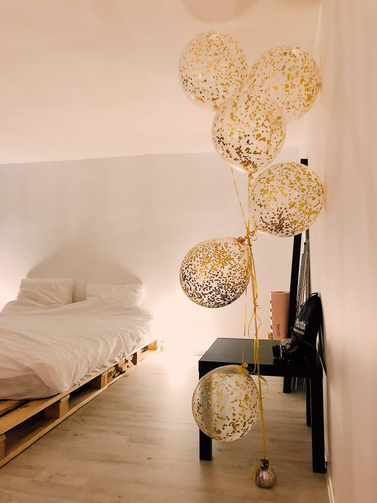 Photo de Daria Shevtsova provenant de Pexels  Ballons dorés dans une chambre blanche